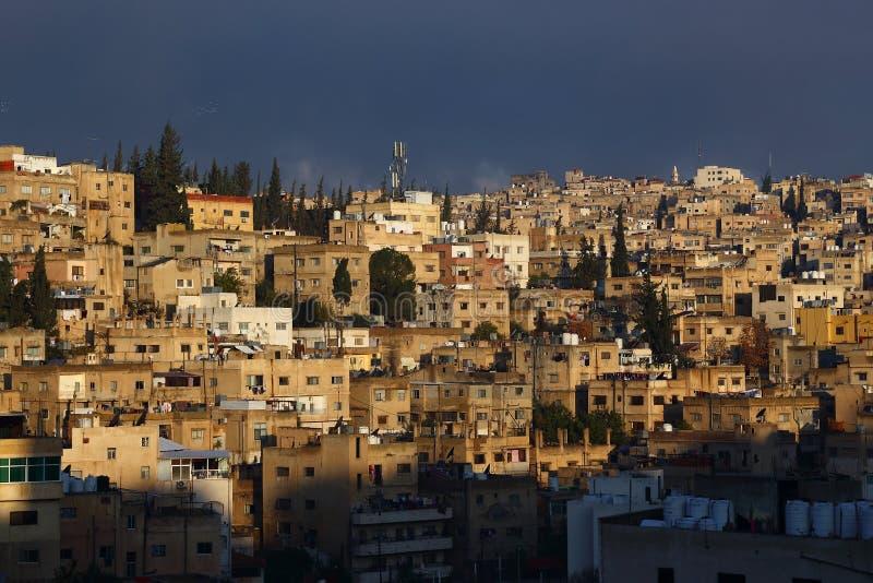 Oude overvolle huizen van de stad van Amman stock fotografie