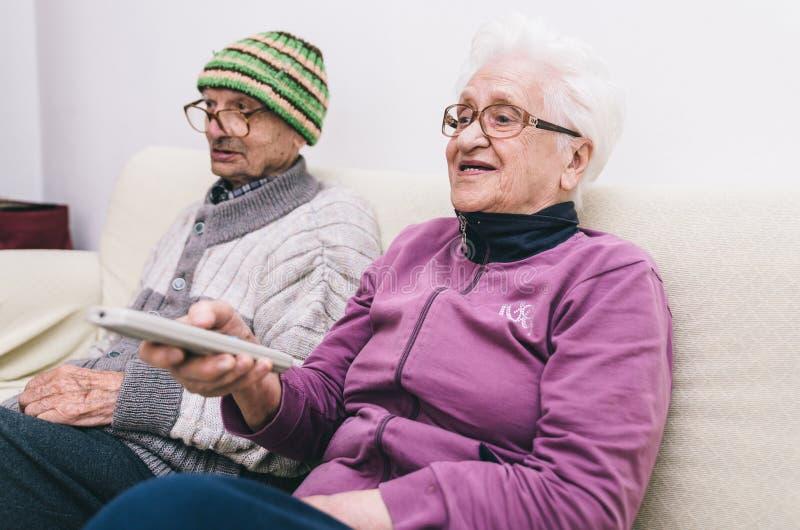 Oude paar het letten op televisie royalty-vrije stock foto's