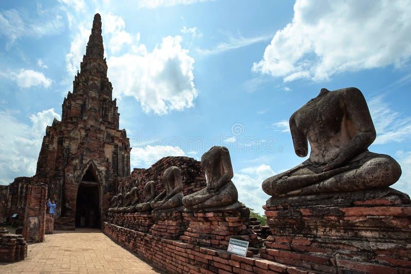 Oude pagode en het geruïneerde standbeeld van Boedha in Chaiwatthanaram-tempel royalty-vrije stock foto's
