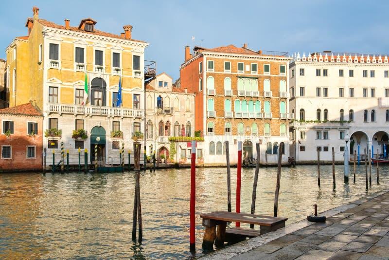 Oude paleizen en kleurrijke gebouwen naast Grand Canal in Venetië stock fotografie