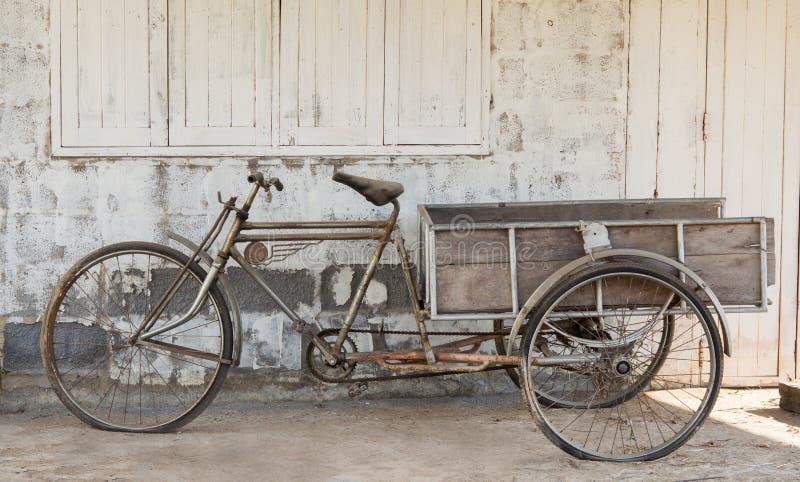 Oude pedicab en stoffig stock afbeeldingen