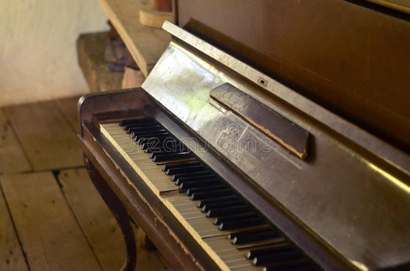 Oude piano, mooi muzikaal instrument stock fotografie