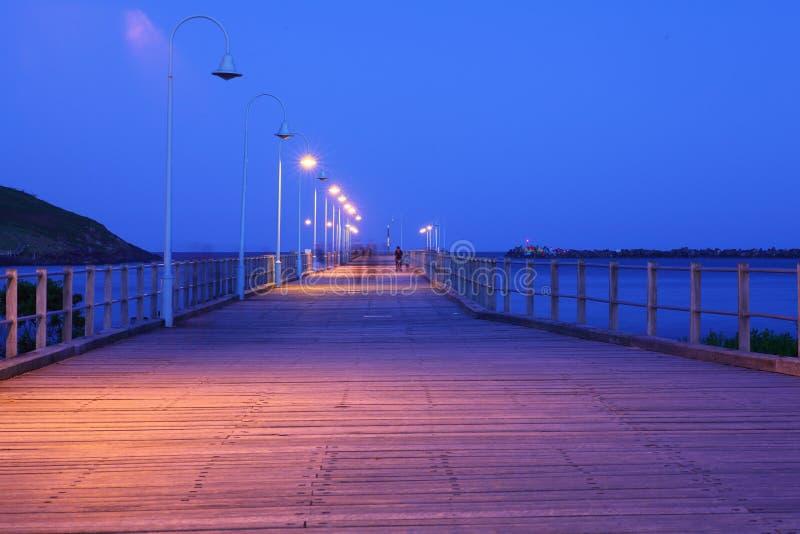 Oude pier van Coffs-Haven bij nacht stock fotografie