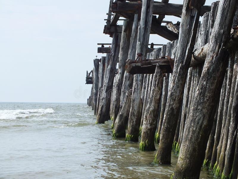 Oude pijler aan overzees in Litouwen royalty-vrije stock afbeelding