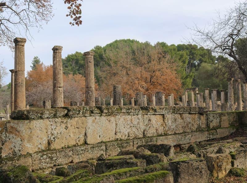Oude pijlers die zich nog in oude Olympus Griekenland bevinden waar de eerste Olympische spelen met gevallen die muren gehouden w royalty-vrije stock afbeeldingen