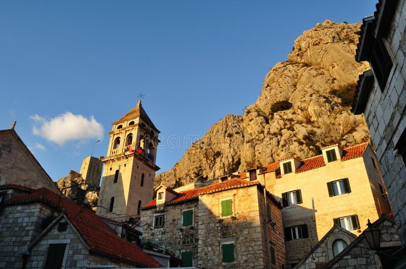 Oude piraatstad in Omis, Kroatië stock foto's