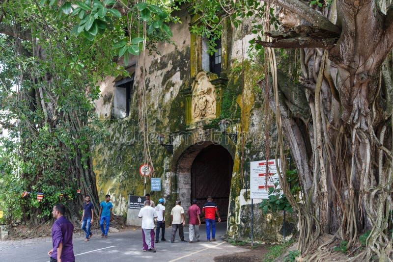 Oude poort van het Galle-Fort, Sri Lanka, met het Britse Wapenschild en het motto ` Dieu Et Mon duidelijk zichtbare Droit ` royalty-vrije stock fotografie