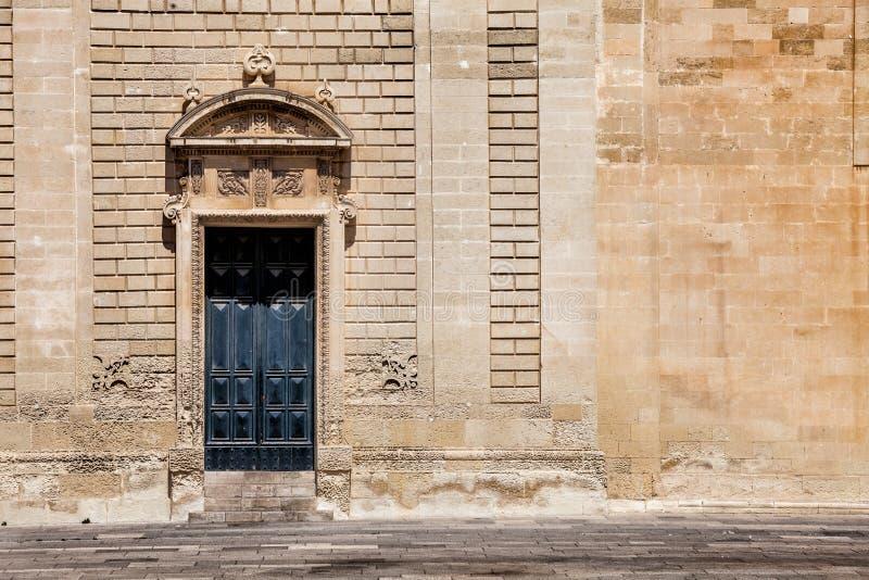 Oude poortdeur en oude muur stock afbeeldingen