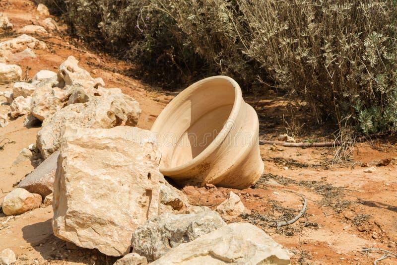 Oude pot in archeologisch park van Shiloh, Israël stock afbeeldingen