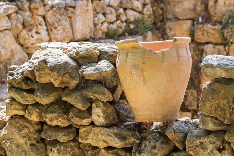 Oude pot op een steenmuur, archeologisch park van Shiloh, Israël stock foto's