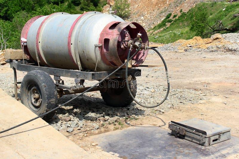 Oude propaantank op aanhangwagen bij een benzinestation royalty-vrije stock foto's