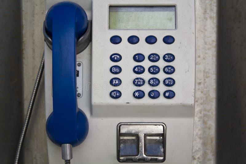 Oude publieke telefooncelcabine stock afbeeldingen
