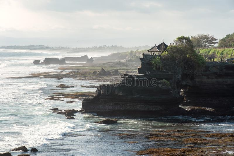Oude Pura Batu Bolong-tempel op rotsachtige berg bij kustlijn royalty-vrije stock fotografie