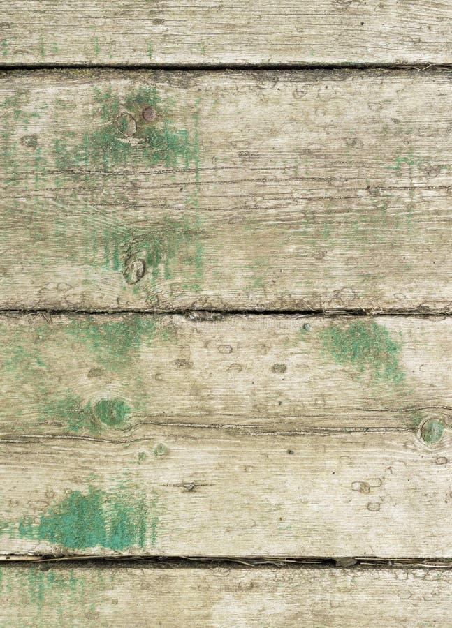 Oude raad met de resten van groene rust stock afbeelding