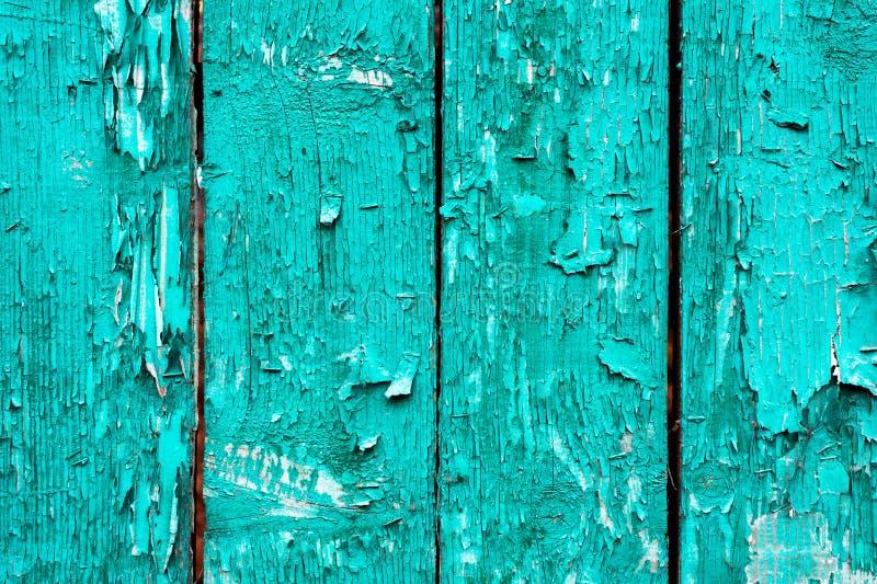 Oude raad met gebarsten cyaanverf Geweven houten oude achtergrond met verticale lijnen De houten planken sluiten omhoog voor uw royalty-vrije stock afbeeldingen