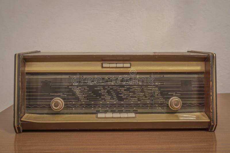 Oude radio op een houten lijst royalty-vrije stock afbeelding