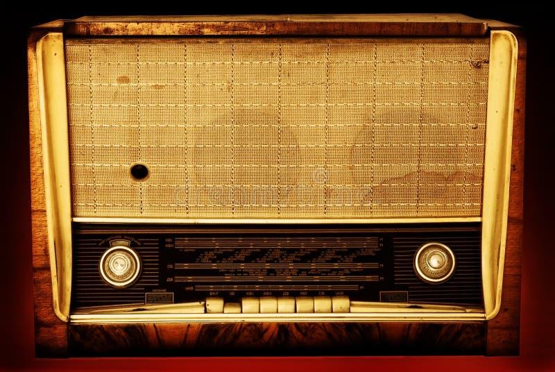 Oude radio op een rode achtergrond royalty-vrije stock fotografie