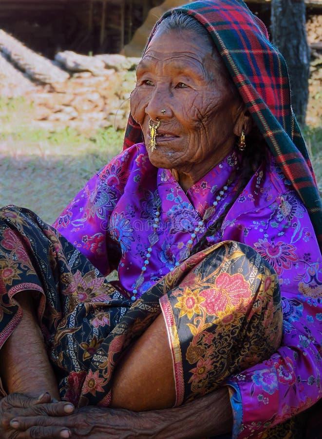 Oude Rai-vrouw met gerimpeld gezicht in traditionele kleding en ornamenten royalty-vrije stock afbeeldingen