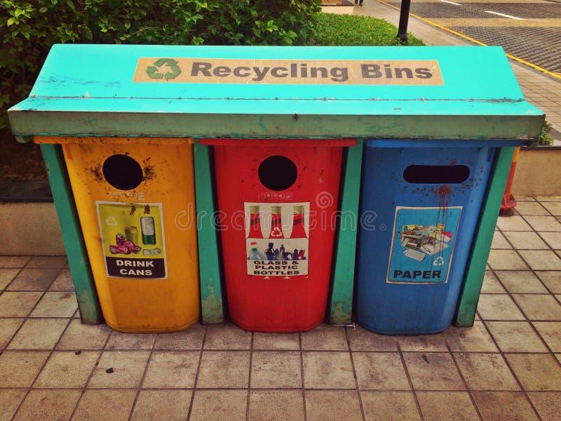 Oude recyclingsbakken royalty-vrije stock afbeeldingen