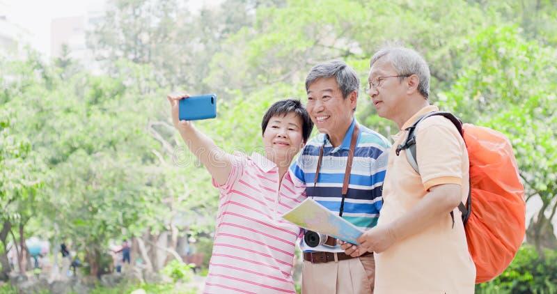 Oude reismensen selfie gelukkig stock afbeeldingen