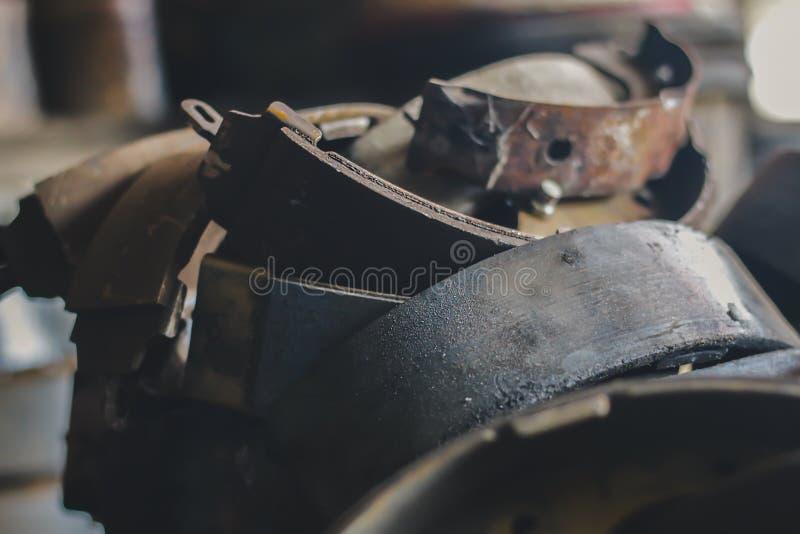 Oude remstootkussens die in de auto-industrie zijn gebruikt stock foto
