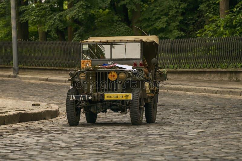 Oude retro auto Jeep Willys die participatie in ras nemen royalty-vrije stock fotografie