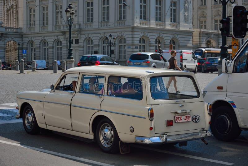 Oude retro auto met vrolijke Onherkenbare bemanning royalty-vrije stock foto
