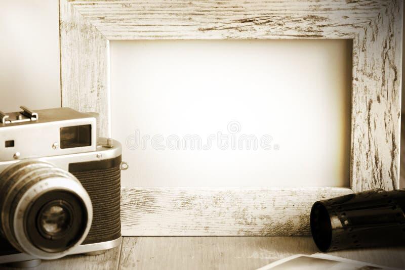Oude retro camera en fotokader uitstekende achtergrond royalty-vrije stock afbeelding