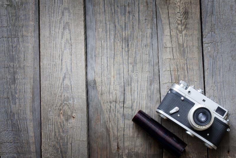 Oude retro camera op uitstekende houten raad royalty-vrije stock foto