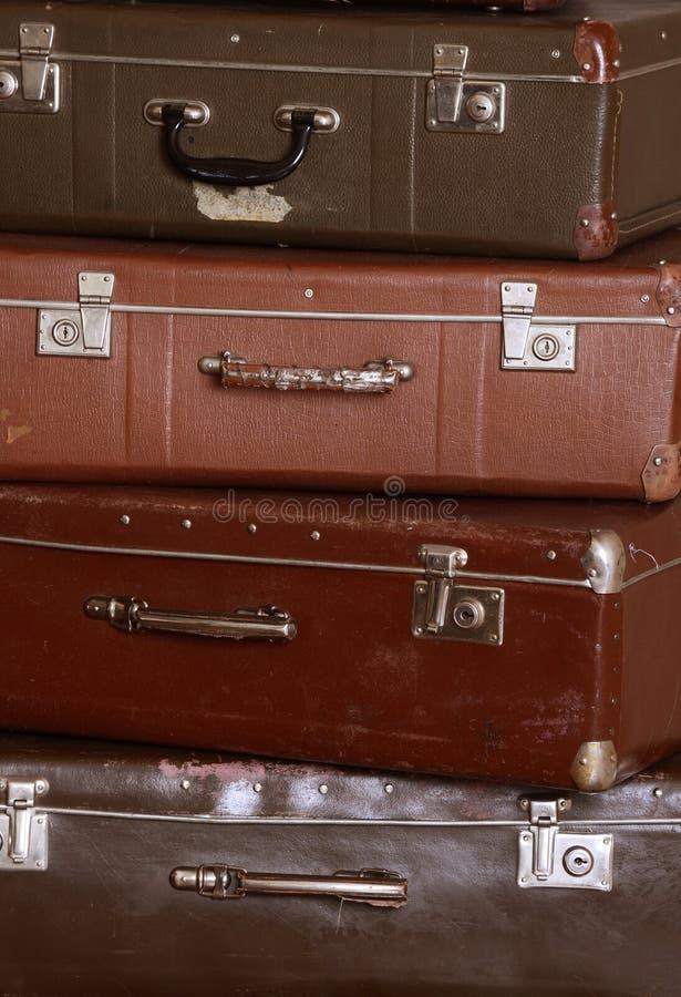 Oude retro koffers bij een muur royalty-vrije stock foto's