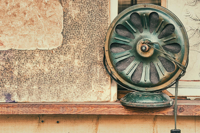 Oude retro objecten antieke radio, geweven document als achtergrond, stock afbeelding