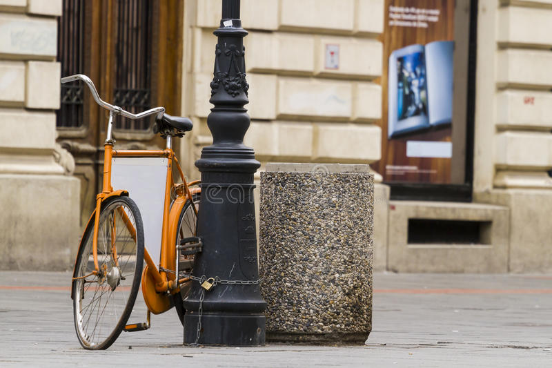 Oude retro oranje fiets royalty-vrije stock afbeeldingen