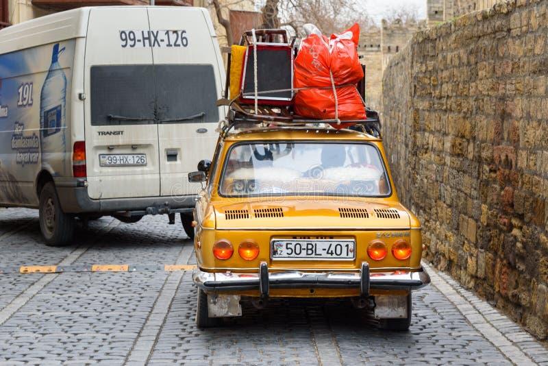 Oude retro Russische zaz-888M Zaporozhets auto op de straat in Oude stad Icheri Sheher baku azerbaijan stock foto's