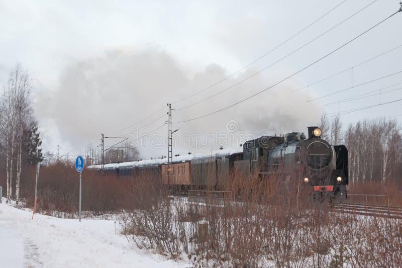 Oude retro stoomtrein bij de winterochtend in Finland royalty-vrije stock afbeeldingen