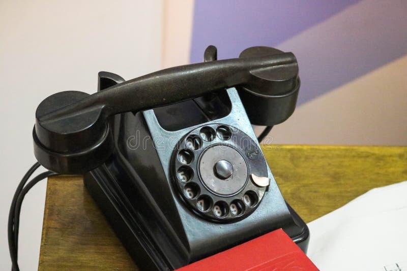 Oude retro uitstekende antieke zwarte landline van de hipsterschijf telefoon met stock fotografie