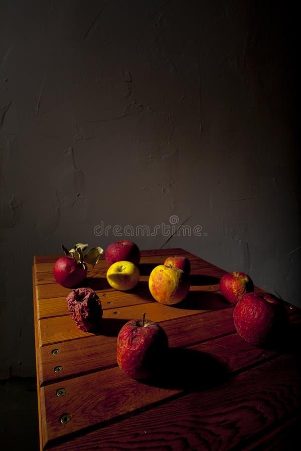 Oude rijpe appelen op lijst royalty-vrije stock fotografie
