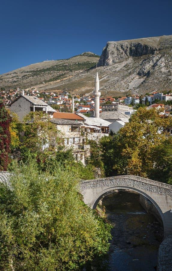 Oude rijtjeshuizen en moskeemening in mostar bosnia royalty-vrije stock foto