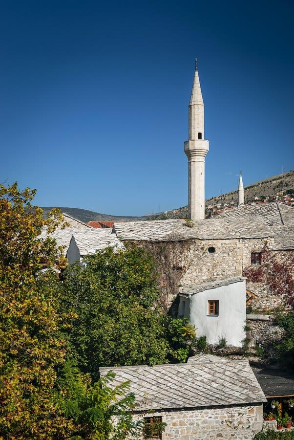 Oude rijtjeshuizen en moskeemening in mostar bosnia royalty-vrije stock afbeeldingen