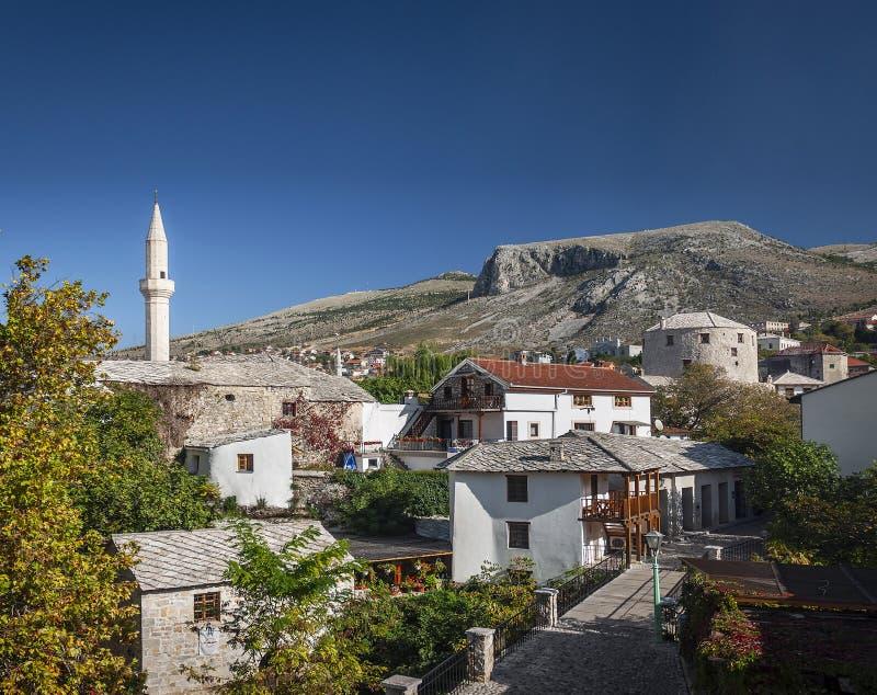Oude rijtjeshuizen en moskeemening in mostar bosnia stock afbeeldingen