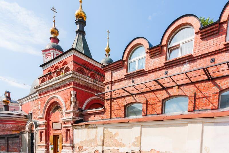 Oude rode baksteenkerk met gouden koepels royalty-vrije stock afbeelding