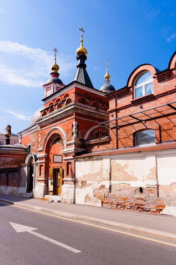 Oude rode baksteenkerk met gouden koepels stock afbeeldingen
