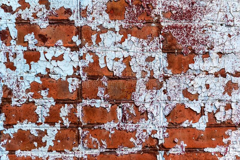 Oude rode bakstenen muur met gebarsten verf royalty-vrije stock foto's