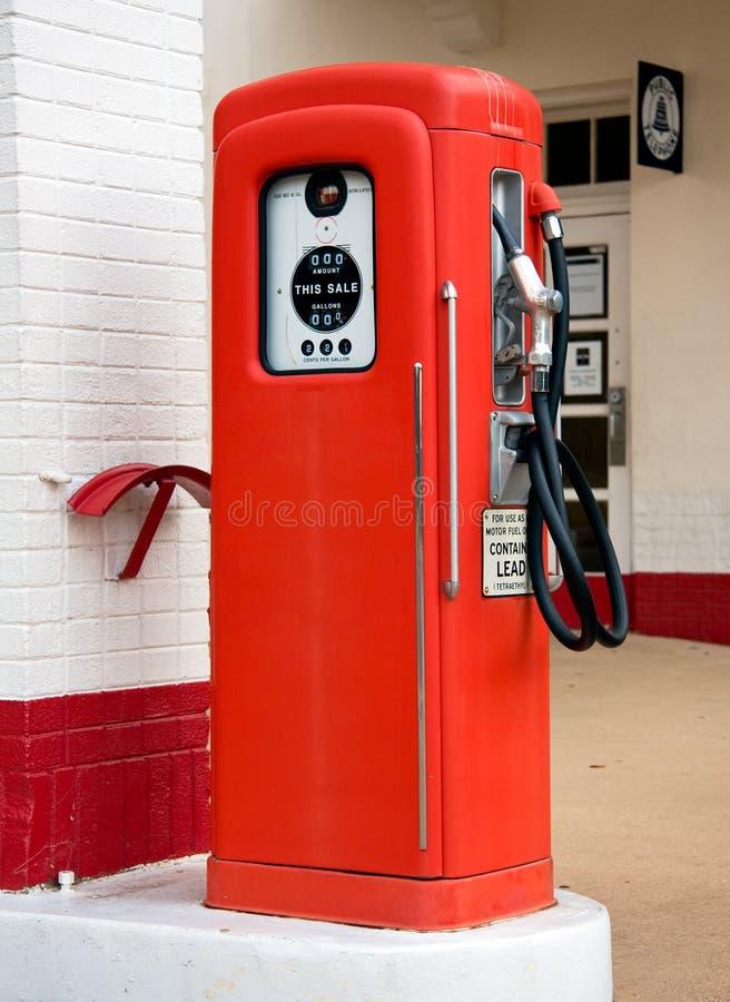 Oude rode benzinepomp stock afbeelding
