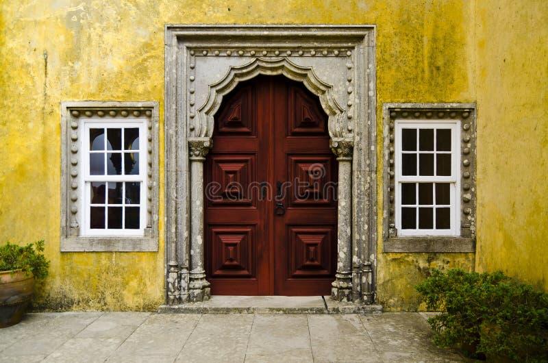 Oude rode deur in Quinta da Regaleira, Sintra, Portugal stock foto