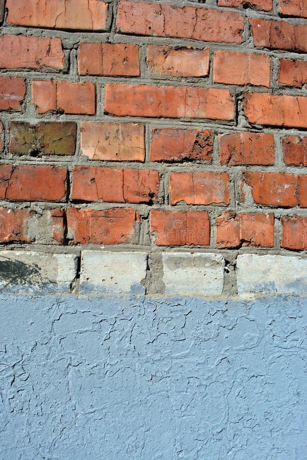 Oude rode en witte kleurenbakstenen muur, grijze pleisterlijn, grunge textuurachtergrond stock fotografie