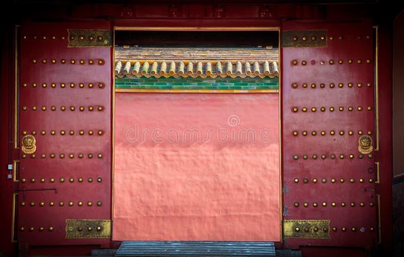Oude rode houten deuren bij de Verboden Stad, Peking stock fotografie