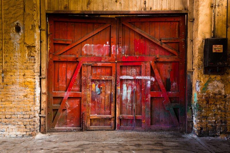 Oude rode houten poort stock afbeeldingen