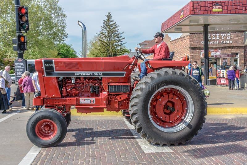 Oude Rode Internationale tractor in Pella, Iowa stock afbeeldingen