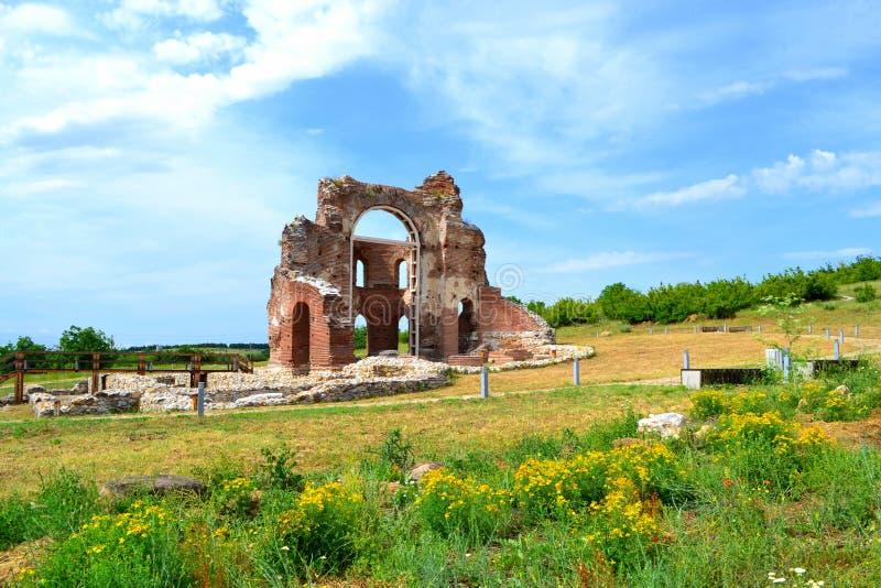 Oude rode kerk op de zomergebied royalty-vrije stock foto's