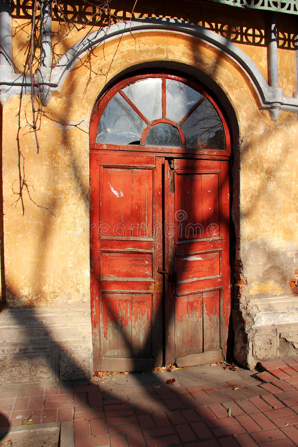 Oude rode kerkdeur royalty-vrije stock afbeelding